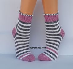 Knitting Projects, Knitting Patterns, Knit Art, Knitted Slippers, Designer Socks, Yarn Over, Knit Or Crochet, Knitting Socks, Latest Fashion