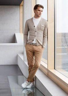 Cooles Sommeroutfit: Sandfarbener Cardigan, weißes T-Shirt mit Rundhalsausschnitt, hellbraune Chino, weiße Sneakers und - schönes Detail - dezentes weißes Pochette!