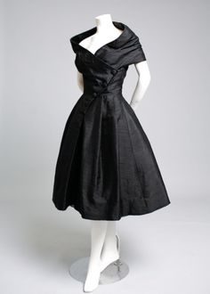Christian Dior Haute Couture, Robe du Soir COURTE, 1955 vintage style that I wish would come back! Vintage Dior, Vintage Couture, Mode Vintage, Vintage Dresses, Vintage Outfits, 1950s Dresses, Dresses Dresses, Couture Dresses, Vintage Clothing