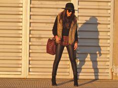Look con chaleco de pelo, pantalón de polipiel, sombrero y camisa a cuadros | vest, faux fur, hat, burgundy, checked shirt.