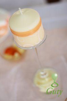 Svadobná sviečka dozdobená stuhami.