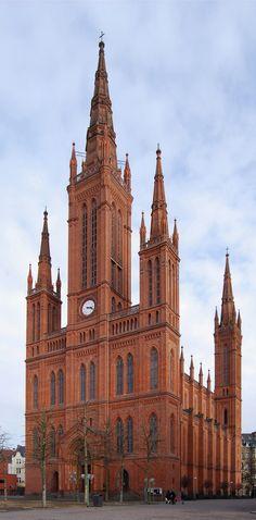 Igreja Evangélica em Hesse, conhecida como igreja do mercado, é a principal igreja protestante da cidade de Wiesbaden, Hesse, Alemanha. Construída pelo arquiteto Carl Boos, entre os anos de 1853-1862, em estilo gótico.  Fotografia: Felix König.