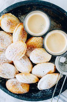 Vanilla Bean Madeleines - These look delicious! 13 Desserts, Cookie Desserts, Cookie Recipes, Delicious Desserts, Dessert Recipes, Yummy Food, Delicious Cookies, Cupcakes, Cupcake Cakes