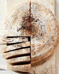 Det tager godt nok 2 dage at bage det italienske landbrød, men det er det hele værd. Bread Art, Bread N Butter, Ciabatta, Tapas, Recipies, Food And Drink, Sweets, Dessert, Baking