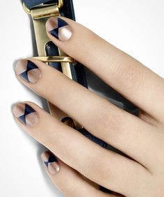 Love the gold and navy color combo of this mani. #goldrush