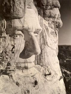 Tethered by ropes to the rocky surface of Mount Rushmore in South Dakota, workers in 1937 put the finishing touches on the face of Abraham Lincoln. The link provides some fact about that National Monument. Monte Rushmore, South Dakota, Old Pictures, Old Photos, Famous Pictures, National Geographic, Interesting History, Interesting Photos, World History