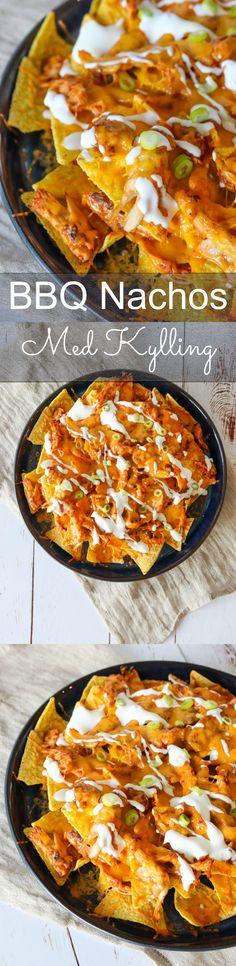 Lækre nachos med masser af ost, pulled kylling og BBQ sauce. Serveret med creme fraiche og forårsløg, så har du altså en herlig omgang nachos til når der skal hygges lidt ekstra. #Nachos #Kylling #Ost #Snack Bbq Nachos, Cheddar, Sour Cream, Picnic, Recipies, Brunch, Chips, Creme, Food Portions