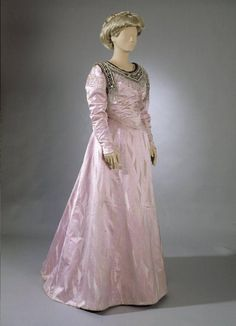 Ball gown ca. 1891-92. Silk lined with light cotton; beaded neckline. Museovirasto