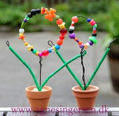 Perleblomsterne har et par af mine dagplejebørn lavet smile-humørikon Klik ind på bloggen og se nærmere på blomsterne: http://agnesingersen.dk/blog/perleblomster - Easy kids crafts - Kinderbastelideen -