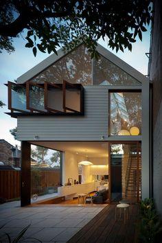 Diseño de casa  pequeña de dos pisos con techos a 2 aguas