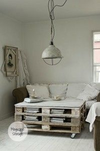 Continued obsession with wood pallet furniture. The Design Chaser: Wood Pallet DIY Furniture Table Palette, Palet Table, Sweet Home, Diy Casa, Diy Pallet Furniture, Furniture Ideas, Crate Furniture, Palette Furniture, Furniture Design
