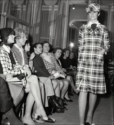Pin for Later: 13 Fakten, die ihr wahrscheinlich noch nicht über Chanel wusstet Coco Chanel revolutionierte die Frauenmode mit Sportswear Coco Chanel krempelte im Jahr 1913 mit einer Kollektion von Sportswear (bestehend aus Jersey) die Frauenmode um.