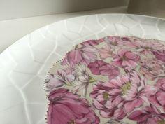 Un plat à tarte, qui à lui seul est déjà une merveille. Une planche de décalcomanie découpée en forme de fleur pour respecter le fond du...