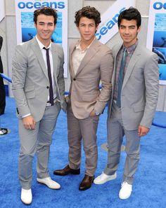 1383062408871_Jonas Brothers Red Carpet 2010 4