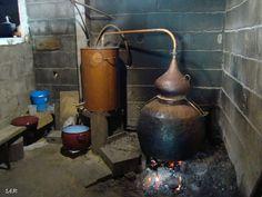 Alambique (Galicia) octubre 2010 Destilación del orujo How To Make Moonshine, Moonshine Still, Distillery, Brewery, Chemistry Lab Equipment, Distilling Alcohol, Copper Pot Still, Blog Fotografia, Home Still