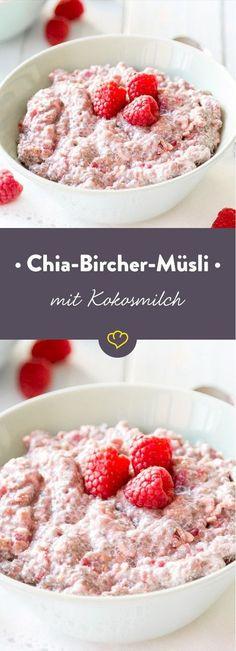 Wenn karibisches Flair auf Schweizer Tradition trifft, darfst du dich über eine rosafarbene Schüssel mit Bircher Müsli, Kokosmilch und Himbeeren freuen. (Low Carb Foods Vegetarian)