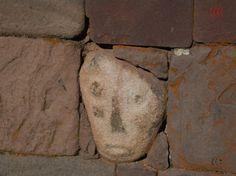 Cabeça esculpida no templo subterrêaneo em Tiahuanaco na Bolívia - arquivo pesquisador urandir 2011