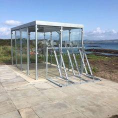 Dochterbedrijf Falco U.K. is begonnen met het plaatsen van overkappingen en fietsenrekken bij een aantal veerbootterminals aan de Schotse kust. De overkappingen dienen als schuilplaats en wachtruimte voor passagiers en zijn besteld door de Schotse maatschappij Caledonian MacBrayne ( CalMac). CalMac biedt diverse overtochten aan vanuit de westkust van Schotland naar ongeveer 22 eilanden langs de westkust. Table, Furniture, Home Decor, Interior Design, Home Interior Design, Desk, Tabletop, Arredamento, Desks