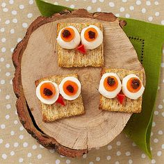 Adorable 'wise guy crackers' for school lunches made with mozzarella pearls, crackers, carrot circles, raisins and red pepper. Owl Snacks, Cute Food, Good Food, Deco Fruit, Halloween Treats For Kids, Halloween Party, Spooky Halloween, Healthy Snacks For Kids, Toddler Snacks