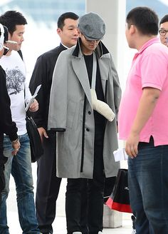 Big Bang member TOP will still be going on the world tour regardless of his injuries. Big Bang member TOP will still be going on the world tour regardless of his injuries. Airport Fashion, Airport Style, Vip Bigbang, Into The Fire, Rap God, Korean Boy Bands, Sad Anime, Film Music Books, Fashion Top