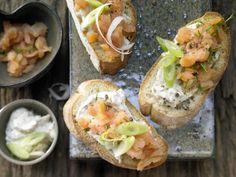 Ciabatta mit Räucherlachs und Meerrettich-Frischkäse-Creme: Mit den üppig belegten Crostini können Sie mächtig punkten - nicht nur geschmacklich.