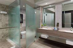 Matt üvegfallal és üvegajtóval elválasztott WC a fürdőszoba terében