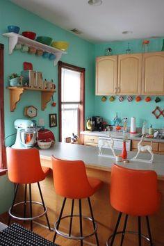 1) Complementarios Divididos.  Este espacio es muy versátil ya que los colores son naranjas y rojos que se complementan con el azul. Crean espacios diferentes y muy creativos.