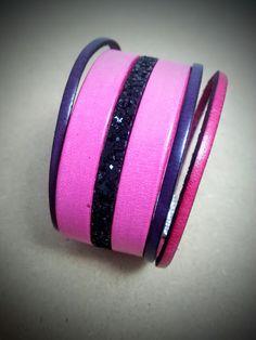 Superbe bracelet manchette tout cuir d'excellente qualité, fuchsia, noir pailleté , mauve lilas, fermoir magnétique texturé : Bracelet par creationsannaprague