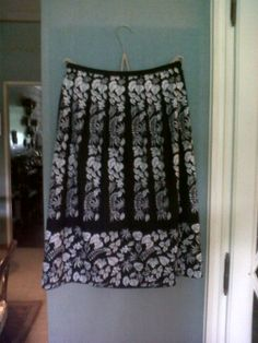 Spring Popeline skirt with black and white floral and leaves drawings 70s