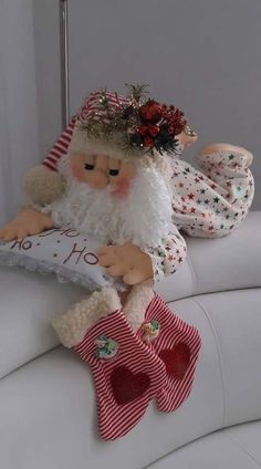 Santa Claus in Pajamas Free molds to make this lovely cloth doll, Pap … - NOEL Christmas Sewing, Felt Christmas, Christmas Stockings, Christmas Holidays, Felt Crafts, Christmas Crafts, Christmas Decorations, Christmas Ornaments, Felt Snowman