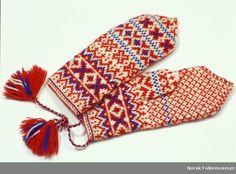 Saami mittens from Finland- Votter fra Kautokeino i Finnmark. Baby Mittens, Knit Mittens, Knitted Gloves, Knitting Socks, Hand Knitting, Knitting Patterns, Fingerless Gloves, Wrist Warmers, Hand Warmers