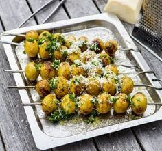 Grillade färskpotatisar med olivolja, parmesanost och chili Grilling Recipes, Veggie Recipes, Wine Recipes, Vegetarian Recipes, Cooking Recipes, Healthy Recipes, I Love Food, Good Food, Yummy Food
