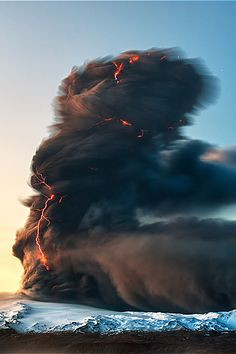 Blitze in der Asche . The Devil Rising - Eruption of Eyjafjallajokull Volcano, Iceland Beautiful World, Beautiful Places, Beautiful Pictures, Cool Pictures Of Nature, Fuerza Natural, Dame Nature, Wild Weather, Photo Portrait, Natural Phenomena