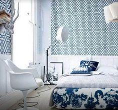 голубая с принтом спальня