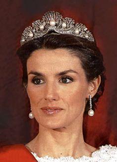 HRH Letizia, Princess of the Asturias (i. Crown Princess of Spain), wearing the Mellerio Shell Tiara. Gorgeous style for princess Letizia. Royal Crown Jewels, Royal Crowns, Royal Tiaras, Royal Jewelry, Tiaras And Crowns, Faberge Eier, Spanish Royalty, Elisabeth Ii, Estilo Real