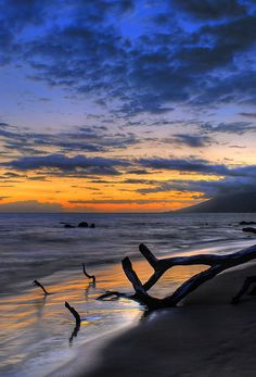 Sunset on Mokapu Beach in Wailea, Maui. The view is looking northwest toward Lahaina Beautiful Sunset, Beautiful Beaches, Beautiful World, Oh The Places You'll Go, Places To Visit, Skier, Nature Sauvage, Amazing Nature, Amazing Sunsets
