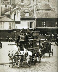 Un omnibus de la ligne Trocadéro-Gare de l'Est devant le n° 150 de la rue du Faubourg-Saint-Honoré, vers 1880.  Paris d'antan, Facebook