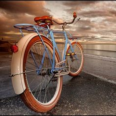on the beach - beachcomber bike Bicycle Types, Dappled Light, Old Bikes, Am Meer, Beach Print, Vintage Bikes, Beach Themes, Cycle Chic, Oceans