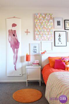 Hoje é dia de QUARTOS!  Esse é o quarto de uma garota cheia de estilo! Quadros fazem toda a diferença quando se trata de decoração. O tapete laranja pequeno é lindo, e em contraste com o móvel branco proporciona requinte ao ambiente.  #instadecor #archilovers #architecture #furnituredesign #art #DecoraClick #quarto #decoracaodequarto #quartorosa  Projeto: RedAgape Style & Design