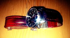 Watch band of brown to red / blue polish