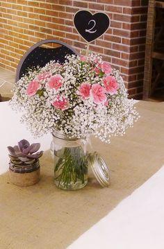 Bouquet de fleur gypso et oeillets cerise petite plante grasse Toile de jute, cordelette et bocal By Chez Fleur www.chezfleur.fr