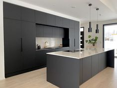 Organizing the kitchen can be hugely beneficial, as it makes life in the kitchen easy. Below we will discuss 10 clever ways to organize your kitchen. Minimal Kitchen Design, Luxury Kitchen Design, Kitchen Room Design, Contemporary Kitchen Design, Kitchen Cabinet Design, Interior Design Kitchen, Black Kitchen Decor, Home Decor Kitchen, Dark Grey Kitchen Cabinets