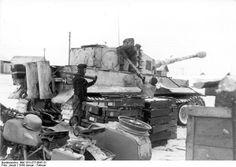 German tankers loading ammunition into a Tiger I heavy tank Russia winter 1944. Photo: Bundesarchiv Bild 101I-277-0847-31 Jacob.