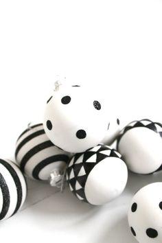 Eenvoudige witte kerstballen, een zwarte watervaste stift, lijm en glitters. Meer heb je niet nodig. Via ensuus.blogpost