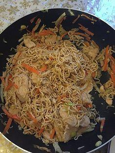 Chinesisch gebratene Nudeln mit Hühnchenfleisch, Ei und Gemüse, ein raffiniertes Rezept aus der Kategorie Studentenküche. Bewertungen: 81. Durchschnitt: Ø 4,5.