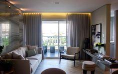 Apartamento 76m decorado com muita elegância e requinte, piso chevron, mármore, boiseries nas paredes.  Tons claros e poucos móveis garantem um ar elegante e limpo.  #decor #boiserie #boiserie #pisochevron #espinhadepeixe #classic