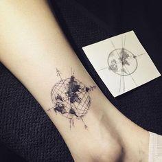 Boussole integree dans carte du monde pour tatouage femme cheville