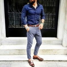 Consider pairing a navy dress shirt with grey dress pants for a proper soph Formal Men Outfit, Outfits Casual, Komplette Outfits, Men Formal, Casual Attire, Casual Wear, Mens Fashion Blog, Mens Fashion Suits, Fashion Sale