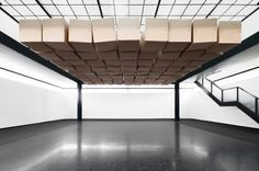 As a collaboration with architect Hannes Zweifel, Zimoun installed 81 boxes between two levels of a room at the Mannheimer Kunstverein gallery in Germany