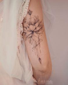 tattoos on back Mini Tattoos, Love Tattoos, Body Art Tattoos, Small Tattoos, Tatoos, Feminine Tattoo Sleeves, Feminine Tattoos, Floral Back Tattoos, Feminine Shoulder Tattoos